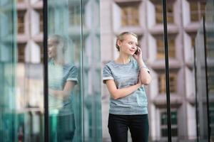 mulher de negócios jovem no interior de vidro moderno