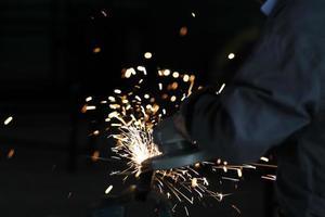 rebolo de roda elétrico na construção da estrutura de aço foto