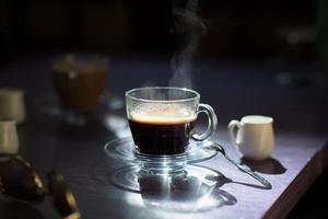 xícara de café quente em cima da mesa
