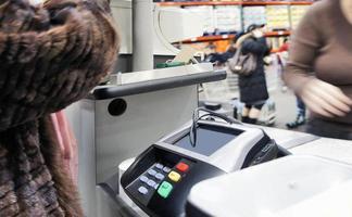 check-out na máquina de cartão de crédito foto