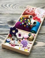 linhas e materiais para artesanato em caixa foto