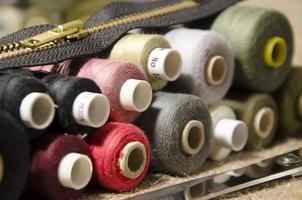agulha e linha de um kit de costura