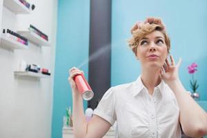 cliente usando spray de cabelo