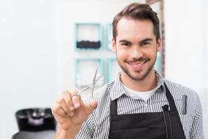 estilista de cabelo bonito, segurando uma tesoura