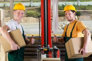 trabalhadores de fábrica, mostrando os polegares para cima o sinal