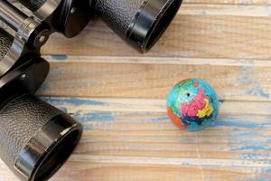 binóculos e globo foto