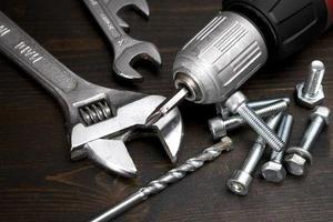 porcas, parafusos e ferramentas