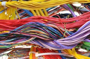 cabos coloridos nas redes globais foto