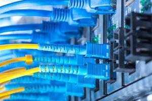cabos de fibra óptica e cabos de rede utp foto
