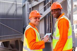 eletricistas, olhando para trás na subestação elétrica foto