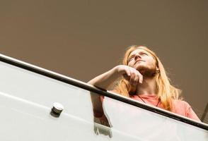 hipster concentrado em uma passarela foto