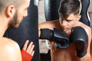 treinador de boxe treina sua equipe foto