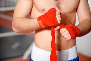 esportista vincula bandagem de boxe foto