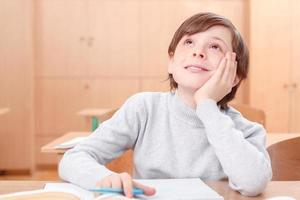 menino pensativo durante as aulas foto