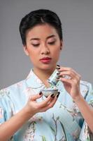 jogo de chá asiático clássico na mesa de madeira foto