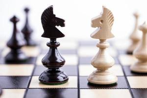 peças de xadrez em um tabuleiro de xadrez.