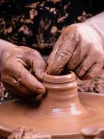 mãos do oleiro foto