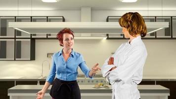 discutindo garçonete e chef de cozinha em uma cozinha foto