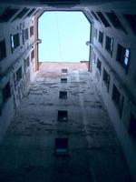 escorço incomum das paredes da casa antiga de vários andares.