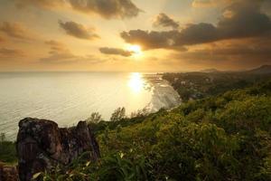 vista da montanha na praia ao pôr do sol