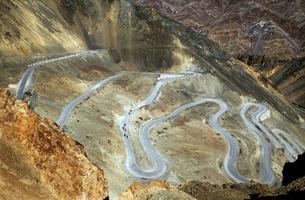 estrada sinuosa do deserto foto