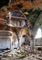 porão da igreja medieval deserta foto