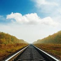 estrada de ferro ao horizonte no outono foto