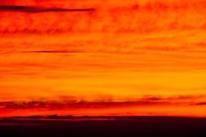 cores dramáticas das nuvens ao pôr do sol à distância foto