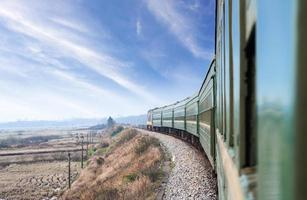 trem antigo córrego que atravessa o campo foto