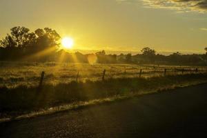lado da estrada do horizonte ao pôr do sol foto