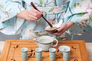 se preparando para a cerimônia do chá foto