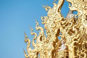 telhado ornamentado em wat rong khun, Tailândia foto