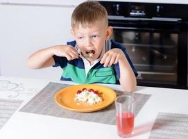 jovem rapaz comendo o prato de queijo e frutas foto
