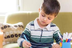menino fazendo lição de casa foto