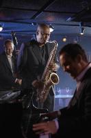 close-up de músicos de jazz e pianista em um clube