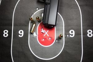 prática de tiro de arma foto