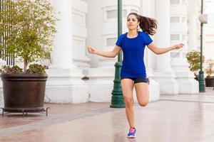mulher ativa, pulando uma corda foto