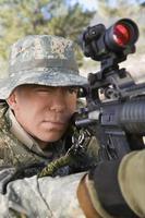 soldado com arma foto