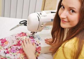 costureira de mulher trabalha na máquina de costura