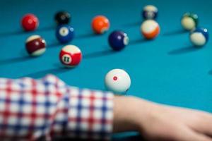 forro de homem para bater bola na mesa de bilhar foto