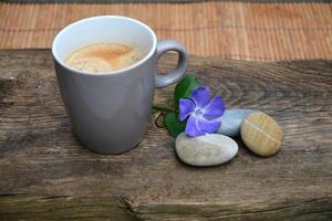 caneca de café sobre um fundo de madeira velho na natureza foto
