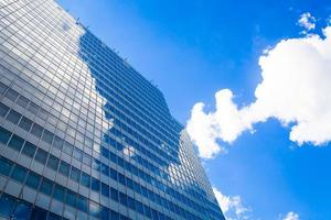 edifício abstrato. parede de vidro azul dos arranha-céus foto