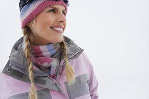 retrato de mulher sorridente em roupas de inverno