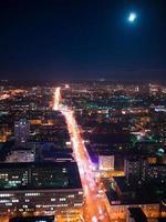 vista de um arranha-céu vysotsky na noite cidade Yekaterinburg foto
