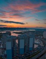 paisagem urbana panorâmica do crepúsculo. foto