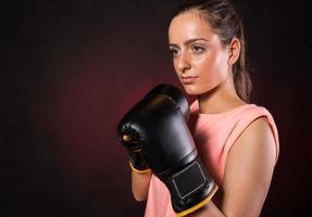 jovem mulher boxe foto
