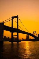 Baía de Tóquio na ponte do arco-íris foto