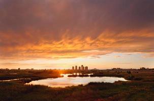 pôr do sol sobre a cidade 2 foto