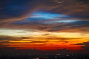 cidade e pôr do sol céu colorido foto