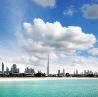paisagem ensolarada de um horizonte de praia e cidade de dubai foto